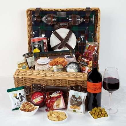 Fitted wicker picnic hamper for two – Hamper basket with red wine and cheese with nibbles in fully e